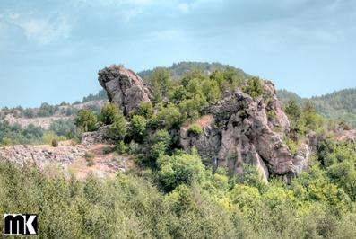 Θρακικό ιερό και το μεσαιωνικό φρούριο Mal Hazar κοντά στο χωριό